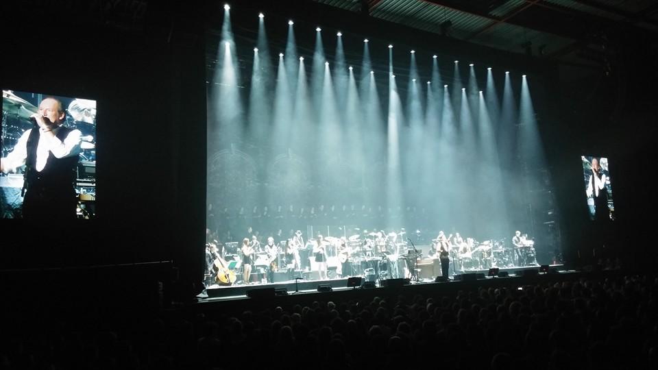 Régulièrement, à la fin d'un medley, Zimmer introduit avec quelques mots et une anecdote les morceaux qui vont suivre...