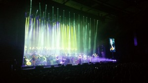 Hans Zimmer chante, joue de la guitare, du piano, des percussions... Cet un artiste complet et il le prouve !