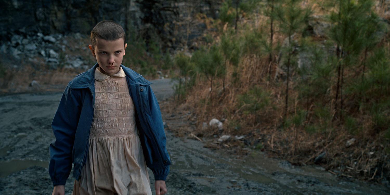 El (diminutif d'Eleven) en mode badass. Même avec cette robe de gentille petite fille, rien à foutre !