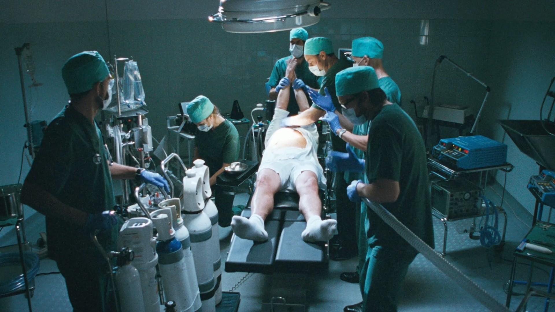 Quelle meilleure idée que d'utiliser un patient bien en chair et du matériel médical pour faire de la musique ?