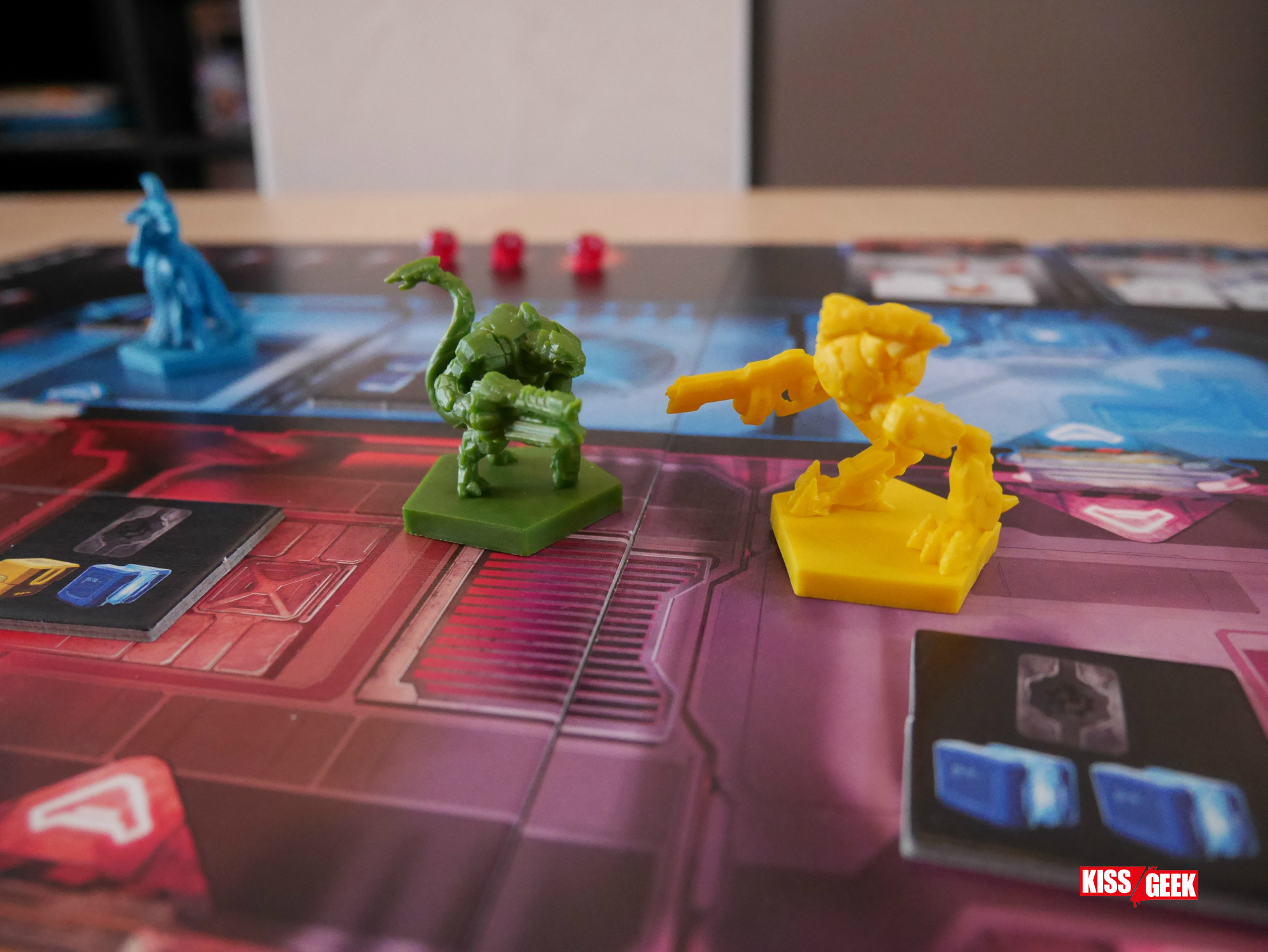Lézard contre robot bizarre entre Pac-Man, un smiley et une machine à tuer.