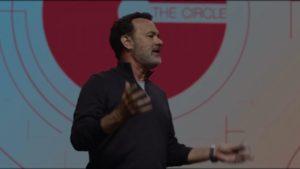 Tom Hanks présentant un TED talk. Enfin ils appellent ça un Dream Friday...